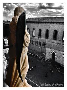 Un angelo della facciata del Duomo e, sotto, la piazza ... Foto di Emilia Di Gregorio su  https://www.flickr.com/photos/emylya90/13921255468/lightbox/