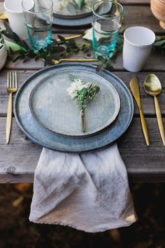 A chic country table decor in gray-green and gold- Ein schickes Country-Tischdekor in Grau-Grün und Gold A chic country table decor in gray-green and gold -