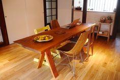 引越しをきっかけにダイニングテーブルを替えました。 それまでの1LDKのアパートと比べると倍近く広い一軒家に引っ越したことで、使っていたコンパクトなダイニングテーブルだとバランスが悪くなってしまったのでした。もっと大きな、空間と暮らしの中心になるような広いテーブルが欲しいと考えていたところ、試作品で作ったというダイニングテーブルを父から譲りうけることになりました。  一枚板を使用した、父の会社「まゆハウス」のオリジナル、楢のダイニングテーブルです。幅 65cmと、一般的なダイニングテーブルが75cm〜なのに比べて、幅は狭めになっています。逆に長さ 210cmで、4人家族用テーブルが165cm、6人家族用テーブルが180cmで設計されていることが多い中、8人で囲める程に長いです。 要するには細長いダイニングテーブルです。細身なので 大きさに対して圧迫感がない、という特徴があります。  天板は、国産の楢(ナラ)。 元はこの倍の幅(直径)がある木から切り出された板だそうです。こんな風に節穴も含みますが、私は味があって好きです。蜜ろうワックスを...