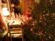 L'albero vero ha un suo fascino unico, del tutto diverso da quelli finti...totale magia delle favole. L'ho decorato con funghi di stoffa e biscotti veri:)