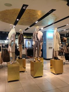 Topshop Christmas in White and Gold. We love the two gold shades plinth and the gold circle for the ceiling. We love the two shades of gold for the plinths and the gold circle on the ceilling. #topshop #gold #white #geometric #Christmas #2014