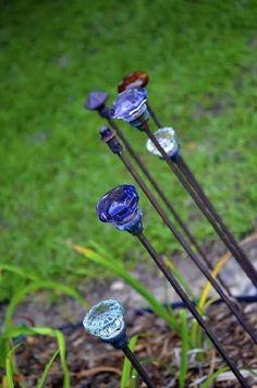 Garden art diy - decoration de jardin en fleurs diy plus de 30 idees creatives Outdoor Crafts, Outdoor Art, Outdoor Projects, Outdoor Spaces, Outdoor Decor, Garden Whimsy, Garden Junk, Balcony Garden, Garden Hose