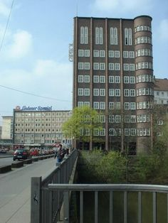 Hier geht es nach Hannover-Linden - Capitolhochhaus an der Brücke zum Schwarzen Bär    Entrance to Hannover-Linden - Capitolhochhaus at the Bridge to Schwarzer Bär    #Hannover #Linden