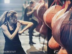Divergent Movie still of Tris Prior (played by Shailene Woodley) in the training room. If anyone needs some motivation for exercise well here you go! Divergent Movie Stills, Divergent 2014, Divergent Trilogy, Divergent Insurgent Allegiant, Divergent Fandom, Watch Divergent, Shailene Woodley, Ray Stevenson, Tris Prior