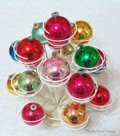 Christmas Home, Christmas Crafts, Christmas Bulbs, Christmas Decorations, Holiday Decor, Merry Christmas, Vintage Ornaments, Glass Ornaments, Diy Essential Oil Diffuser
