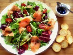 Salada com salmão defumado e molho deshoyo