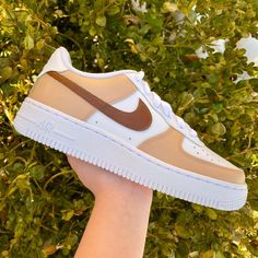 Beige Nike Shoes, All Nike Shoes, Air Force Shoes, New Nike Air Force, White Air Force 1, Air Force Blue, Nike Kicks, Cute Sneakers, Accesorios Casual