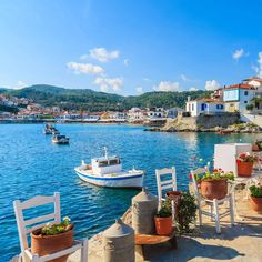 Kokkari, Samos What A Beautiful World, Beautiful Places To Visit, Beautiful Beaches, Mykonos, Santorini Greece, The Places Youll Go, Places To Go, Heavenly Places, Greek House
