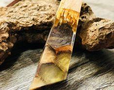Das perfekte Geschenk für sich selbst oder seine Lieben ist dieser Harz Anhänger aus Kirsch Holz.Die Halskette ist im Boho Dread Schmuck Design.Gebrochenes Kirsch Holz wurde für diesen Anhänger mit klarem Resin und mehrfarbigen Holzwaben umfasst.