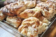Extra luftiga kanelbullar enligt Johan Sörberg (domare i Hela Sverige Bakar) My Dessert, Dessert For Dinner, Baking Recipes, Cake Recipes, Dessert Recipes, Coffee Bread, Bread Bun, Bagan, Swedish Recipes