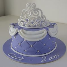 Cake design. Gâteau personnalisé en pâte à sucre sur le thème Princesse Sofia avec diadème. Sugar paste Princess Sofia themed cake with tiara by Les Délices de Marion.