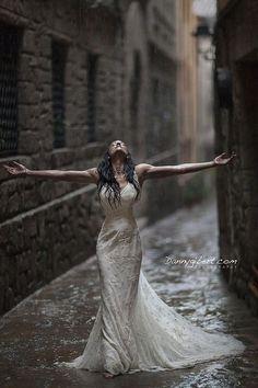 40 Exciting Rainy Wedding Photo Ideas Tanz im Regen Walking In The Rain, Singing In The Rain, Rainy Wedding, Wedding Day, Rain Photography, Wedding Photography, Photography Ideas, I Love Rain, Rainy Days