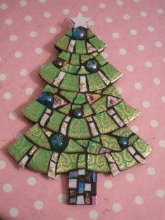 Christmas tree Diy Christmas Crafts To Sell, Diy Christmas Ornaments, Christmas Art, Christmas Tree Decorations, Xmas, Mosaic Rocks, Mosaic Glass, Stained Glass, Mosaic Diy
