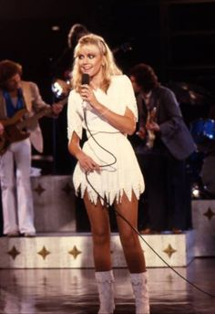 Olivia Newton John Young, Grease Movie, Hollywood Night, Pictures Of Lily, English Girls, Hot Poses, Female Singers, 70s Fashion, Amazing Women