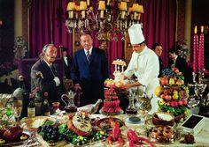 """Connaissiez-vous la recette des écrevisses aux têtes coupées ou aux troncs de petits martyrs au sang chaud? Retrouvez-la dans """"Les dîners de Gala"""", le livre de recettes de Dali que ressort Taschen."""