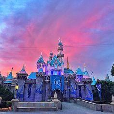 Happy #SunsetSunday! #DisneySunset #Disneyland60 (Photo: @disney_landia)