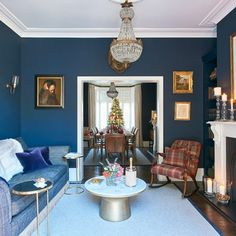 Sitting room with bold colour scheme - Aufenthaltsraum Victorian Living Room, Edwardian House, Living Room Modern, Home Living Room, Living Room Designs, Living Room Decor, Victorian Hallway, Bauhaus, Home Office
