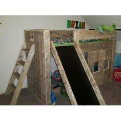 Steigerhout halfhoogslaper met Glijbaan 90x200 Dit bed is leverbaar: Nieuw Steigerhout Gebruikt Steigerhout!   Het afgebeelde bed wordt gemaakt van gebruikt steigerhout. Wij schuren het altijd zeer fijn om splitsers te voorkomen.   AFMETINGEN: 257 CM Breed   140 CM Hoog  183 CM Diep  Hoogte onder het bed 97 cm  De trap steekt 40 cm uit. De glijbaan Steekt 80 cm Uit (totaal 183CM)  Geschikt voor een matras van 90x200CM   Trap en Glijbaan kan aan de kant wat u wens links of rechts
