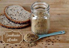 Broodkruiden geven je brood een exta rijke en diepe smaak en zijn erg makkelijk om zelf te maken met dit eenvoudige recept.