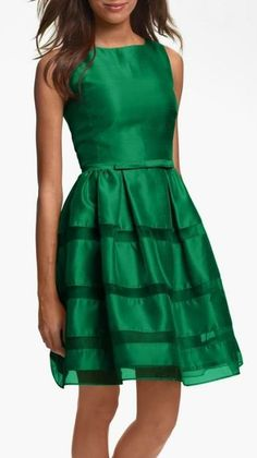 Sooooo lovely -- emerald fit and flare dress by Taylor Fit And Flare, Fit Flare Dress, Pretty Outfits, Pretty Dresses, Beautiful Outfits, Winter Typ, Modelos Fashion, Looks Chic, Taylor Dress