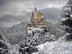 La meravigliosa Alcázar (fortezza) di Segovia in Spagna sotto la neve!