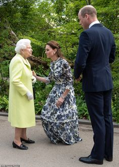 20 May 2019 - Kate welcomes William, Queen Elisabeth II and other members of the Royal family to 'Back to nature' garden at the Chelsea Flower Show - dress by Erdem Looks Kate Middleton, Estilo Kate Middleton, Kate Middleton Hair, Middleton Wedding, Princesa Kate, Duke And Duchess, Duchess Of Cambridge, Reine Victoria, Elisabeth Ii