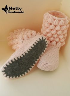 Nelly Handmade: Botas de casa - Crochet - Clothing, Shoes and etc. Crochet Boots Pattern, Knitted Slippers, Crochet Slippers, Knitting Socks, Hand Knitting, Knitting Patterns, Crochet Patterns, Crochet Ideas, Knitting Ideas