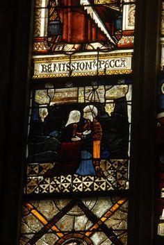 St Emilion collégiale, baie 2 du choeur, Visitation XV°s- 9) LEO DROUYN, VITRAUX: Des inscriptions mutilées se voient au-dessous des apôtres. Sous st Jean on lit: SUB.POCIO.. et sous st Jude: ASCEDIT AD.. On sait qu'on attribuait à chacun des apôtres un article du symbole; il est probable d'après ce qui reste de ces inscriptions, que l'article dont chaque apôtre est l'auteur était écrit sous ses pieds.