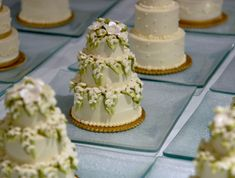 Your wedding cake is an opportunity to make a definitive statement to all your guests. Mini wedding cakes have many advantages over larger wedding cakes and more couples are choosing to serve small-sized cakes during their wedding reception. Mini Wedding Cakes, Wedding Cupcakes, Mini Cakes, Cupcake Cakes, Mini Tortillas, Beautiful Cakes, Amazing Cakes, Fall Desserts, Cake Pans