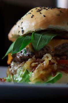 Ich bin ein Suchender. Seit Jahren streife ich durch die Welt der Food-Blogs, Kochbücher und Rezept-Zeitschriften auf der ewigen Suche nach den perfekten Burger Buns. Nun bin ich fündig geworden und kein Suchender mehr. Aber halt!