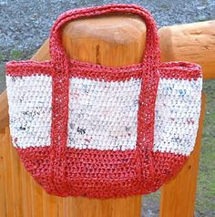 Crochet Bags Patterns Plastic Tote Bag - If your city hasn't already placed a ban on plastic grocery bags, you can use these 5 recycled plastic bag projects to reduce your carbon footprint at home. Plastic Bag Crafts, Plastic Bag Crochet, Recycled Plastic Bags, Plastic Grocery Bags, Crochet Tote, Crochet Handbags, Crochet Purses, Crochet Shell Stitch, Bead Crochet