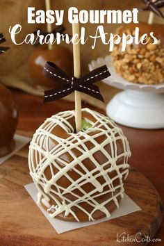 Looking for an awesome edible gift everyone will love? Try these easy homemade gourmet caramel apples. A perfect fall treat. Tart granny smith apples overed in homemade soft caramel and topped with your favorite fun toppings.  Elegant and delicious, these gourmet caramel apples will be enjoyed by everyone. Did I mention this is an inexpensive gift, it may surprise you how cheap this edible gift is to make at home. #caramelapples #gourmetcaramelapples #caramel #homemade #ediblegifts Carmel Apple Recipe, Homemade Caramel Recipes, Apple Recipes, Apple Desserts, Easy Desserts, Dessert Party, Fall Treats, Holiday Treats, Gourmet Caramel Apples