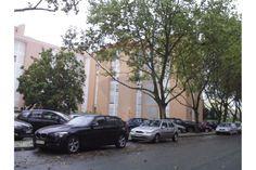 Apartamento - T2 - Venda - Lumiar, Lisboa - 145.000€ 2 Quartos 2 Casas de Banho100m² 100,43Tamanho do Lote: 3º Andar1992 T2 com excelente área, a remodelar. Localizado na melhor zona de Telheiras, zona calma a 5 minutos do metro, optimos acessos rodoviários,Eixo Norte-Sul e 2ª Circular.  Excelentemente servida por todo o tipo de serviços e infraestruturas. A 10 minutos a pé do Estádio Universitário e Cidade Universitária. Ciclovia. Boa exposição solar, com 3 frentes, sul, este, e oeste.