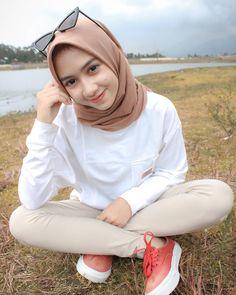 Jilbab Smile: Get Love From Amanda Putri Sweety Hijaber Beautiful Hijab Girl, Beautiful Muslim Women, Casual Hijab Outfit, Hijab Chic, Muslim Fashion, Modest Fashion, Outfit Look, Hijab Fashion Inspiration, Girl Hijab