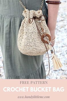 Make a really easy raffia drawstring bag with this beginner-friendly free crochet pattern. This drawstring bag crochet pattern will go with all of your summer outfits! # free crochet patterns for summer Drawstring Bag Crochet Pattern Crochet Drawstring Bag, Drawstring Bag Pattern, Free Crochet Bag, Crochet Purse Patterns, Crochet Diy, Knitting Patterns, Free Knitting, Bag Patterns, Crochet Bags