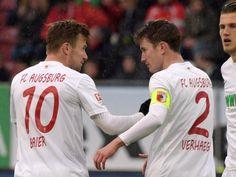 Augsburgs Daniel Baier (l) verletzte sich gegen Dortmund. Foto: Stefan Puchner