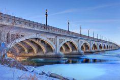 Douglas McCarthur bridge, cruza el río Detroit,MI, entre esa ciudad y Belle Isle, MI, tiene 19 arcos