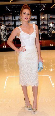 Recém-casada, Marina Ruy Barbosa brilhou com um conjunto rendado branco Dolce & Gabbana. Para compor o look, a atriz escolheu longos brincos dourados - combinando com a cor dos sapatos - e uma clutch azul clara estampada. Puro poder!