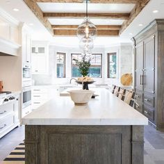 Natural wood kitchen island ceilings new Ideas Two Tone Kitchen, New Kitchen, Kitchen Dining, Kitchen Ideas, Dining Table, Wood Kitchen Island, Kitchen Countertops, Kitchen Cabinets, Wood Cabinets