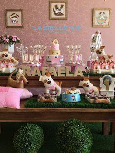 Olá!   A mamãe Manuela escolheu o tema de cachorrinho, nas cores bege, dourado e rosa, para comemorar o primeiro aninho da Rafaela. A decora... Dog Themed Parties, Puppy Birthday Parties, Puppy Party, Dog Birthday, Pet Shop, Party Games, Pugs, Christmas Crafts, Yorkie