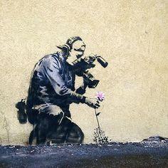 Banksy - Flower 3d Street Art, Street Art Banksy, Street Art Utopia, Amazing Street Art, Street Artists, Wall Street, Awesome Art, Banksy Graffiti, Graffiti Artwork