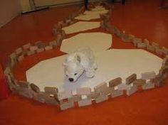 Bouwhoek; ijsschotsen van klein naar groot leggen en omheining maken.
