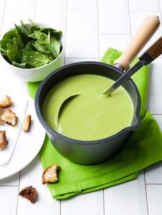 Spinach-courgette soup with coconut and garlic croutons Spinazie-courgettesoep met kokos en lookcroutons Healthy Summer Recipes, Healthy Soup Recipes, Veggie Recipes, Healthy Cooking, Vegetarian Recipes, Zucchini Soup, Good Food, Yummy Food, Vegan Soups