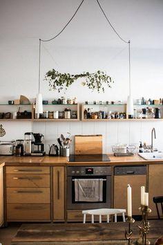 Essen ist fertig, ach nee halt - die Küche ist fertig! Yay! | SoLebIch.de Foto: doitbutdoitnow #solebich #küche #ideen #streichen #wandgestaltung #skandinavisch #ordnung #offene #einrichtung #gestalten #arbeitsplatte #dekoration #renovieren #insel #kitchen #interior #interiorideas #holz #hängeleuchten