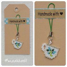 Hanger/charm kopje. Gemaakt van Miyuki delicas. Blauwe bloemetjes Prijs: 3,50 (excl. verzending) #miyukidelicas #kralen #beads #kopje #theekopje #hanger #charm #handmade #maakhetff_verkoopt #instagramkoopjeshoek