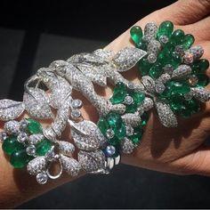 AND MY JAW DROPPED!! Emerald and Diamond Cuff Bracelet by Narayan Jewellers via @randimolofsky @gemfields #bola3jewelry