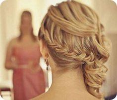 Ein seitlicher, geflochtener und gedrehter Zopf bringt die Haarlänge auch am Hochzeitstag voll zur Geltung