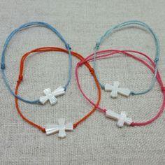 Bracelet croix nacre sur lien fin Red String Bracelet, Communion, Bracelets, Jewelry, Slip On, Hipster Stuff, Mother Of Pearls, Silver, Jewerly