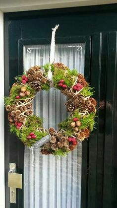 Christmas Planters, Christmas Wreaths To Make, Christmas Arrangements, Holiday Wreaths, Christmas Decorations, Holiday Decor, Christmas Front Doors, Wreaths And Garlands, Deco Floral