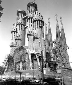 Passion Façade of the Sagrada Familia 1973 Sacred Architecture, Religious Architecture, Amazing Architecture, Antonio Gaudi, Madrid, Barcelona Catalonia, Barcelona Travel, Interesting Buildings, World Heritage Sites